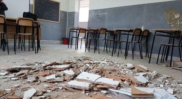 Napoli, crolla il solaio di una scuola 180 studenti senza aula da un mese