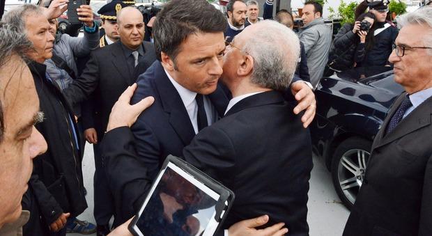 De Luca e Renzi, idillio senza fine «Quasi quasi me lo sposo»