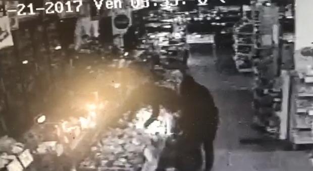 Napoli, banda del buco nel supermarket ecco il video del saccheggio
