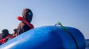 Barcone con 100 migranti in avaria: «Congeliamo» e la Libia invia cargo