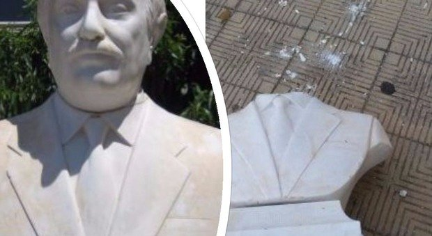 Danneggiata la statua di Falcone a Palermo: staccata la testa e lanciata contro scuola. In serata bruciato anche un cartellone