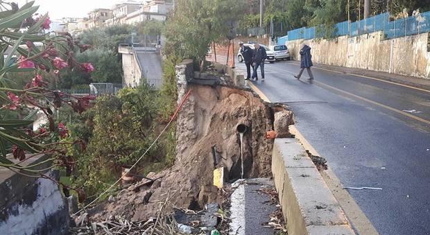 Frana a Monte di Procida: strada chiusa, casa sgomberata