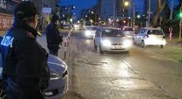 Paura tra i passanti, 29enne colpisce con una sedia ragazzi e agenti