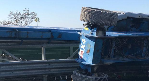 Napoli-Salerno, tir perde sull'A3 la gru che trasportava