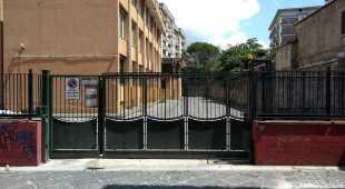 Sbarra il cancello della scuola: famiglie isolate, preside a giudizio