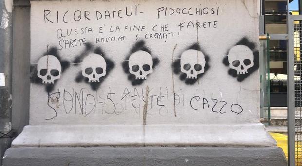 Vomero, messaggio choc sul muro con cinque teschi: «Sarete cremati»