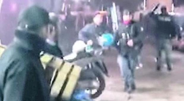 Babygang contro la polizia a Napoli: cinque minori identificati ma non rischiano nulla