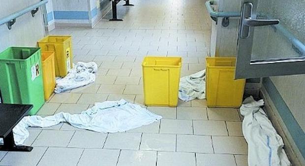 Napoli, piove in ospedale: secchi e lenzuola per raccogliere acqua