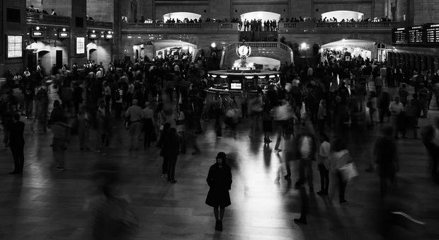 Elena Ferrante, un fantasma planetario e milionario: se l'anonimato significa successo