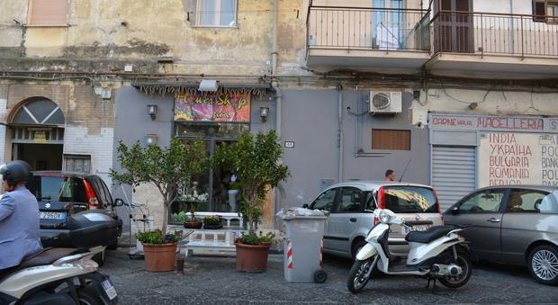 Napoli, si accascia al suolo e muore. Choc tra i commercianti
