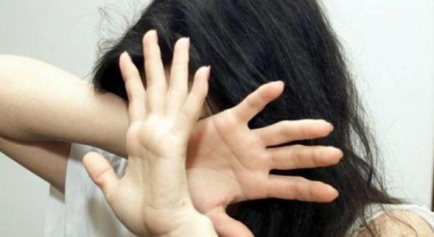 «Picchiata dal mio ex compagno ora è tornato libero: ho paura»
