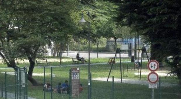 Sesso nella casetta dei bambini al parco giochi: la prof finisce nei guai