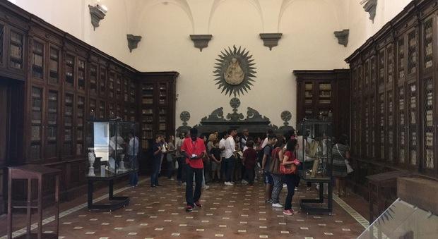 Biblioteca dei Girolamini, anche gli scaffali vuoti attirano i turisti