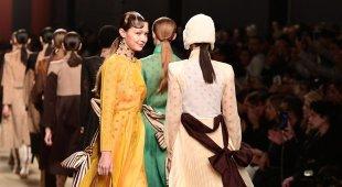 Fendi, a Milano sfila l'ultima collezione di Lagerfeld: il ricordo commuove tutti