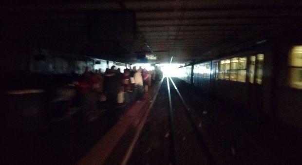 Guasto elettrico, stazioni al buio: domenica caos in Circumvesuviana