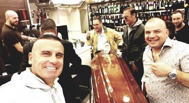 Napoli, un selfie col morto portato nel suo bar preferito: una foto scatena il web