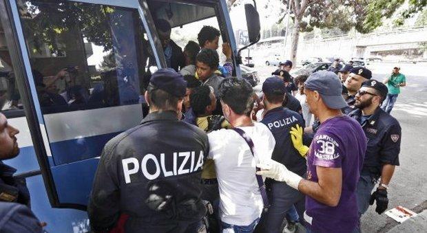Rivolta nel ghetto di Foggia, 50 migranti aggrediscono i poliziotti