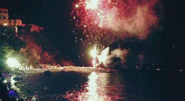 Mega party e fuochi in riva al mare: esplode la festa nelle isole
