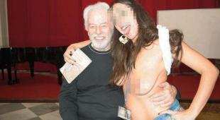 Selfie a seno nudo nella chiesa Domus Ars di Napoli: indaga la Procura