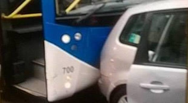 Napoli, maxi tamponamento su corso Lucci autobus contro auto, due feriti