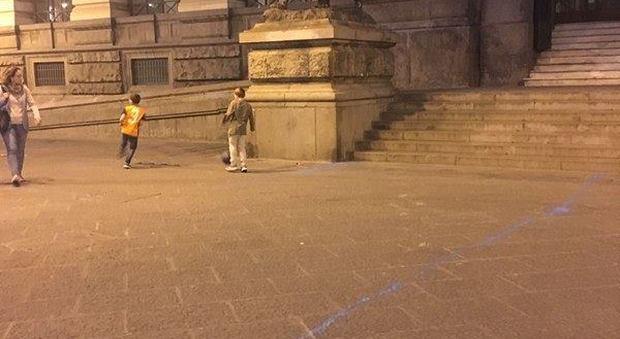 Sfregiata piazza Bovio, bombolette spray per disegnare campetto di calcio