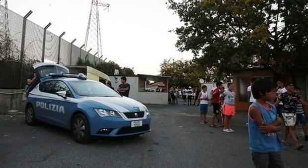 Napoli, il giallo della bambina morta nel campo rom di Scampia: «Dimenticanza o gioco crudele»