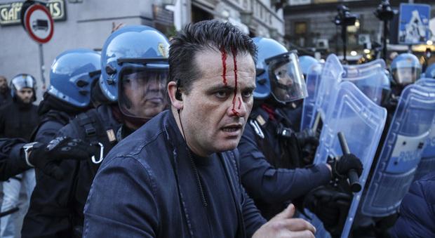 Salvini torna a Napoli, scontri in piazza al corteo degli antagonisti: ferito poliziotto
