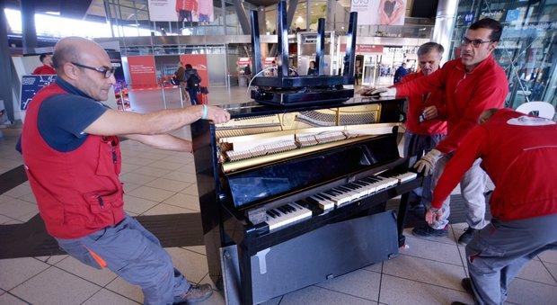 Napoli, niente più pianoforte alla stazione: «sfasciato» per paura di attentati