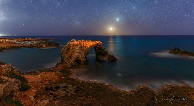 Comete, pianeti e luna sul mare di Siracusa: la Nasa premia la foto che fa innamorare