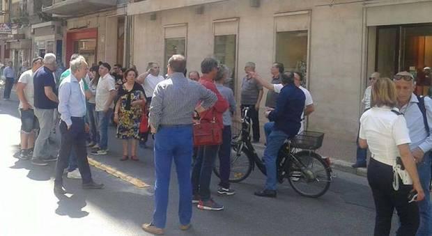 Caos nel giorno del funerale di Tiziana Cantone: i commercianti bloccano la strada della chiesa