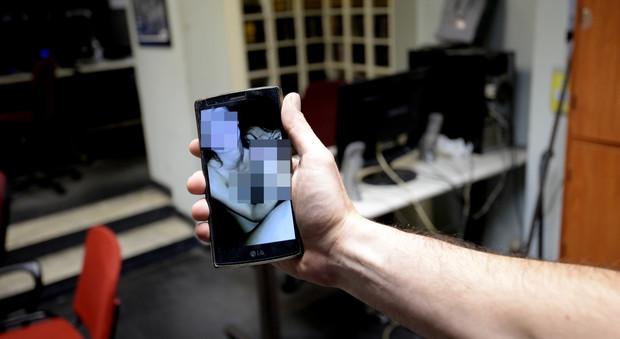 Napoli, gogna web torna a colpire nuovo video hard sulle chat