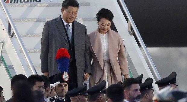 Il presidente cinese Xi Jinping a Roma, first lady elegantissima in abito bianco