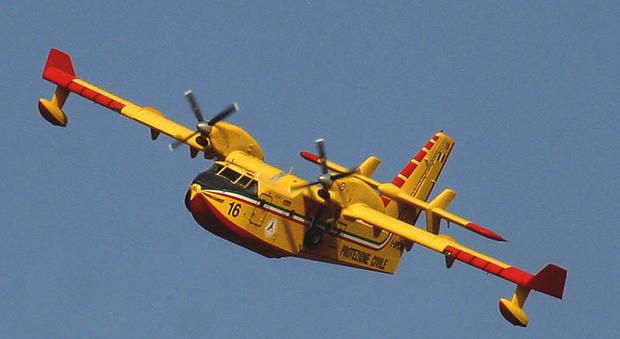 Vanno via i Canadair, «eroi» francesi sul Vesuvio: è polemica