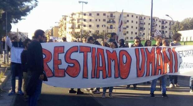 Scampia scende in piazza per i rom: «Sono parte di noi, uguali diritti per tutti»