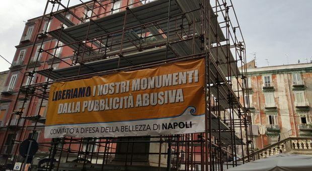 Monumenti e pubblicità è ancora rivolta a Napoli