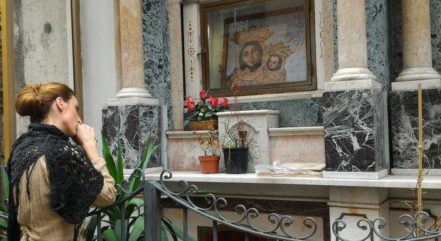 «Facimmoce 'a croce»: alla scoperta degli «altarini» napoletani
