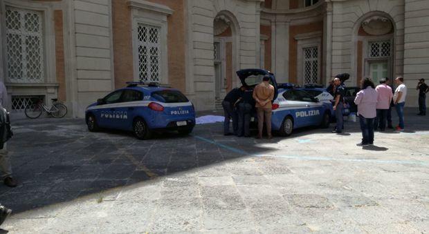 Donna si lancia dalla finestra del palazzo reale di Caserta