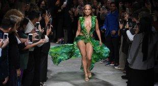 Jennifer Lopez sfila a sorpresa per Versace con il mitico Jungle Dress