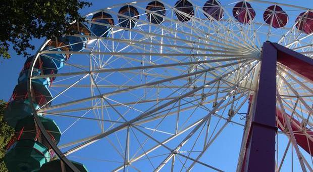 Orlando, smartphone cade da 140 metri di altezza e non si danneggia. Il volo documentato nelle immagini