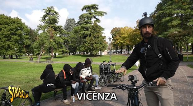 Brumotti, nuova aggressione: pusher e cittadini contro l'inviato
