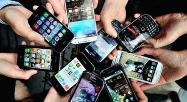 Malati di smartphone: un utente su quattro lo usa sette ore al giorno