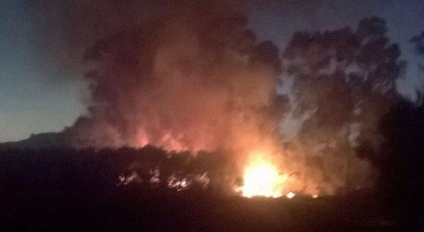 Incendio a Baia Domizia, paura nei camping della zona Nord