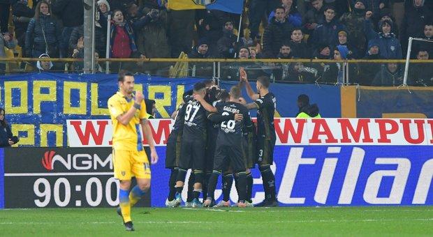 A Parma il Frosinone recupera  ma si arrende su rigore 2-1