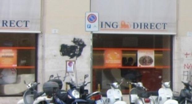 Napoli, sbucano da fogne e disarmano guardie: bottino 200mila euro