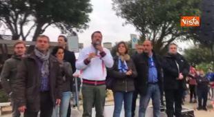 Salvini contestato durante un comizio in Sardegna: «Mi ha detto stronzo? Oh, ma è maleducazione»