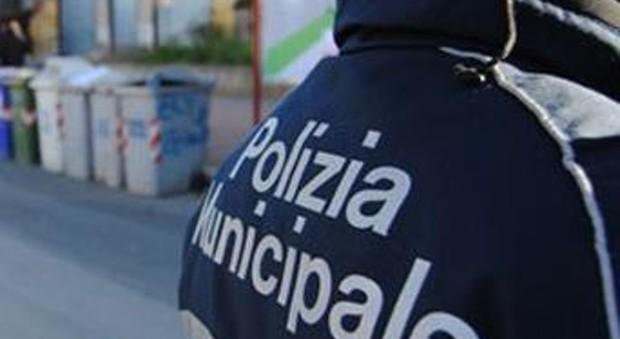 Napoli, automobilista picchia i vigili per non spostare l'auto in sosta