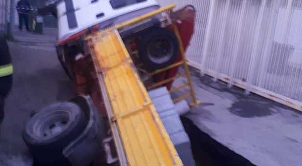 Ancora una voragine a Casoria: sprofonda camion, niente luce e gas - Il Mattino