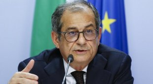 Tria difende la manovra a Bruxelles: «L'Italia è forte, non cambiamo»