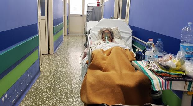 Napoli, assalto al pronto soccorso del Cardarelli: pazienti «parcheggiati» sulle barelle