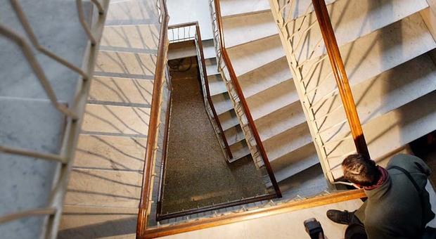 Milano, bimba di un anno cade nella tromba delle scale: grave